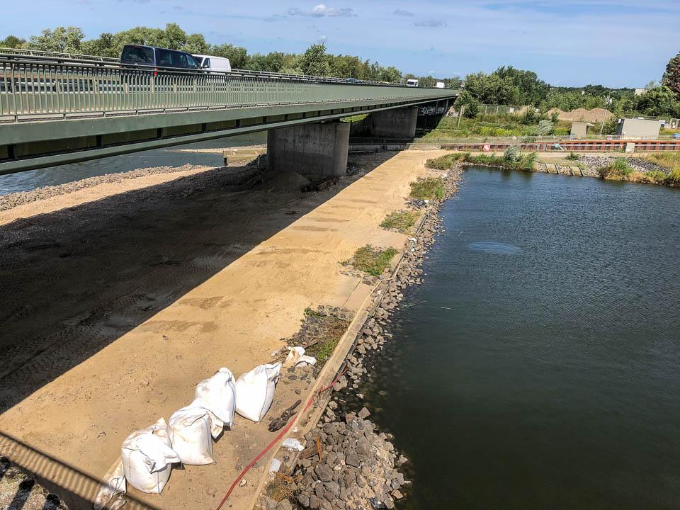 Wo einst die Zuwässermulden die Leitströumg zur Fischaufstiegsanlage Nord erzeugten, fließt seit August 2019 kein Tropfen Wasser mehr. Hierdurch verringert sich die Auffindbarkeit des Fischpasses wesentlich. (Foto: René Schwartz, BUE Hamburg)